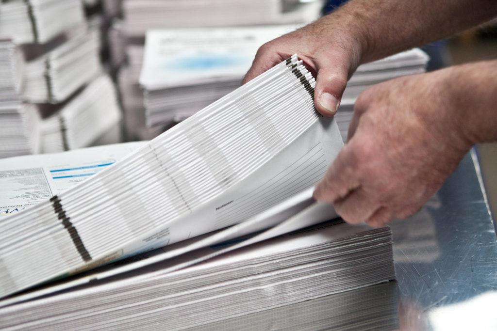 mani al lavoro su fogli di carta
