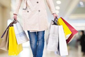 donna con shopper in centro commerciale