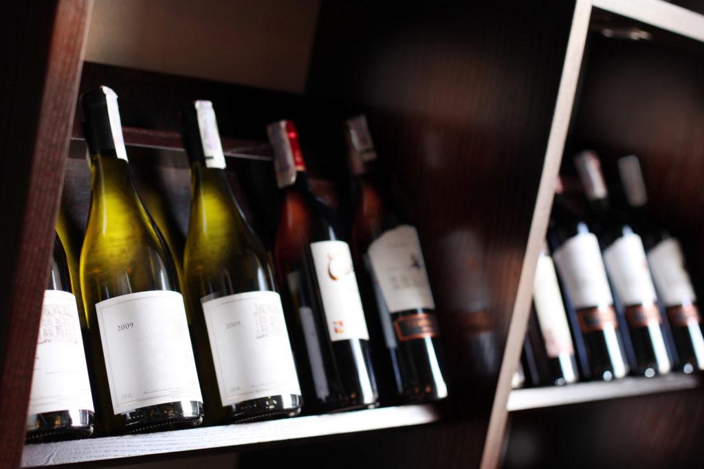 bottiglie vino su scaffale